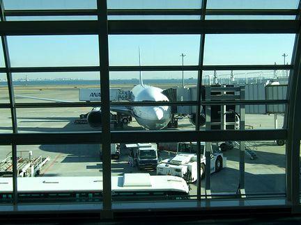 羽田空港で出発準備中のANA249便