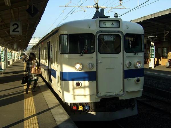玉名駅で出発を待つ2325M