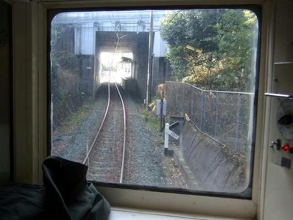 三ツ石駅の上は九州自動車道