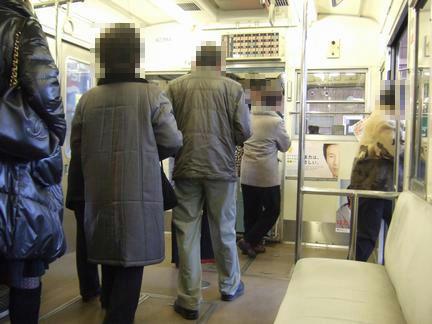 藤崎宮前駅で下車する乗客