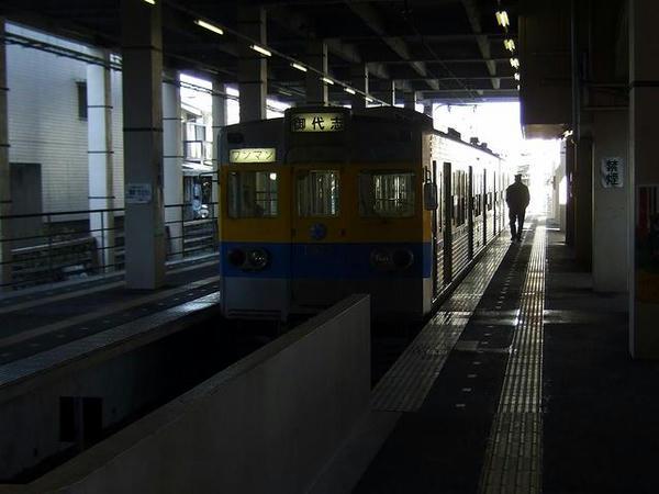 藤崎宮駅で発車を待つ御代志行き