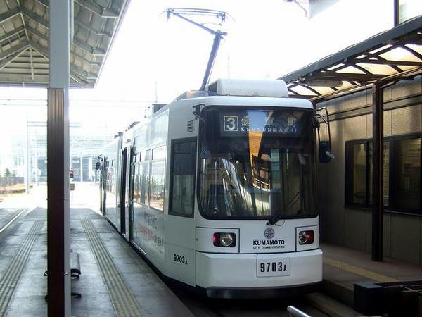 上熊本駅前電停を待つ上熊本駅前9700系