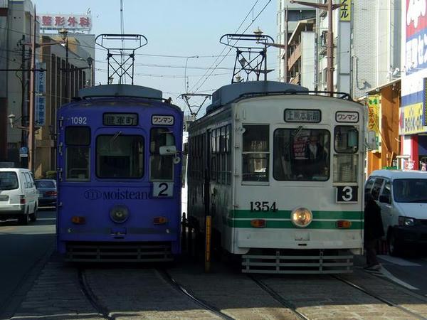 健軍町電停にてその2 田崎橋に向かって去っていく1092と上熊本から到着した1354