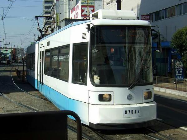 健軍町電停に入線する3系統田崎橋行き9701