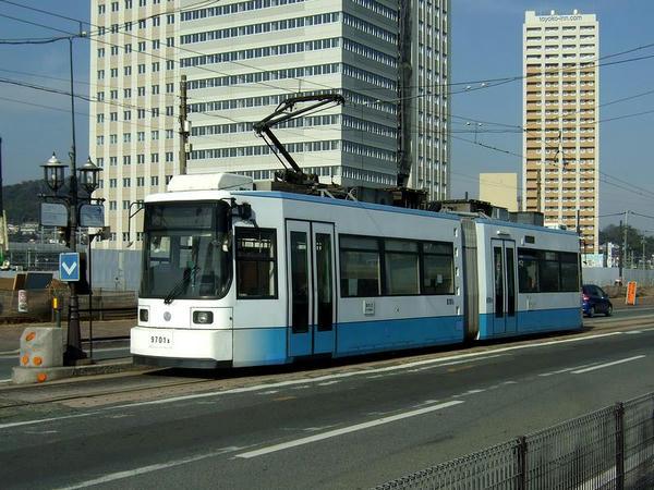 田崎橋電停に到着した列車