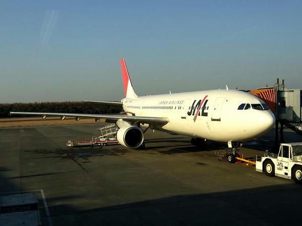熊本空港で出発を待つJAL1814便のA300-600R