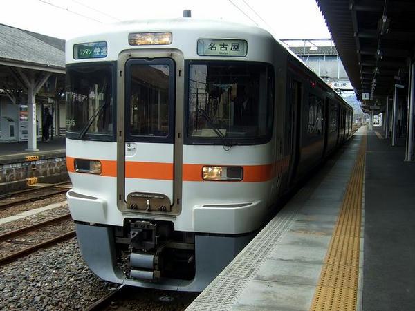 亀山駅で発車を待つ2306G快速