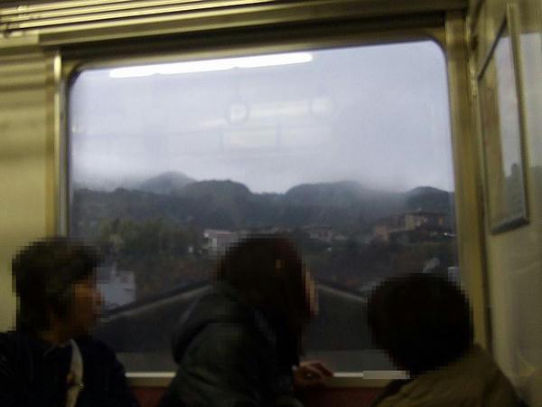 線路上は雨だけど山には雪が