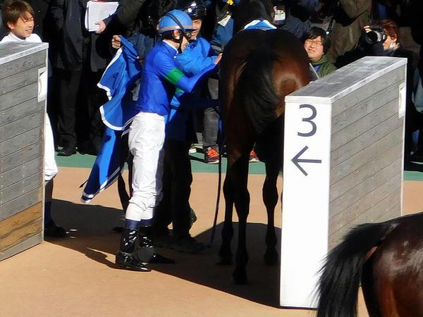鞍を外す平野騎手
