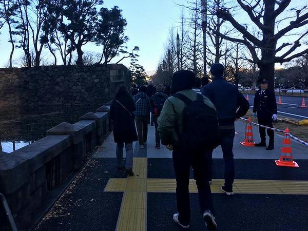 6番出口から皇居へと向かう人々