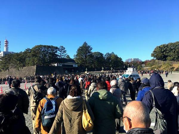 皇居正門へ向け移動開始
