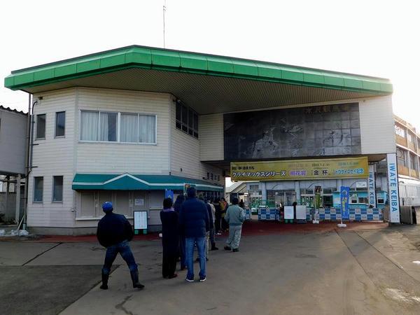 水沢競馬場正門付近と整理券配布を待つ人たち
