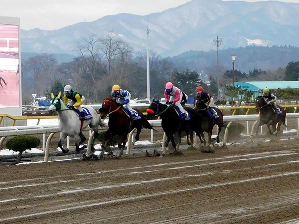 トウケイニセイ記念 1周目のホームストレッチで先手を取る村上忍騎手(馬主服)