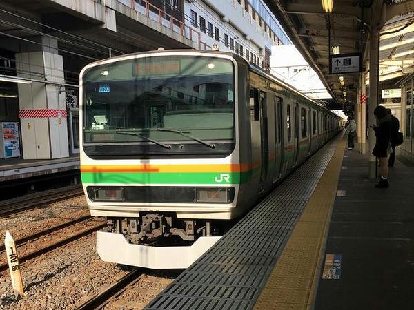 小山駅に入線する逗子行き普通列車