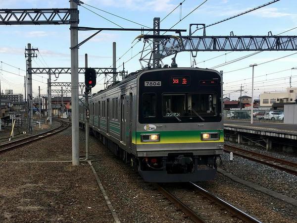 羽生駅に進入する三峰口からの普通列車