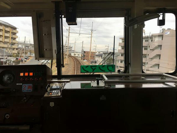 JR高崎線を跨いで熊谷駅へ(最後部の窓から)