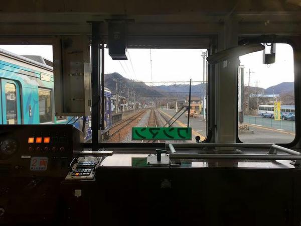 長瀞駅でペイント列車と交換(最後部の窓から)