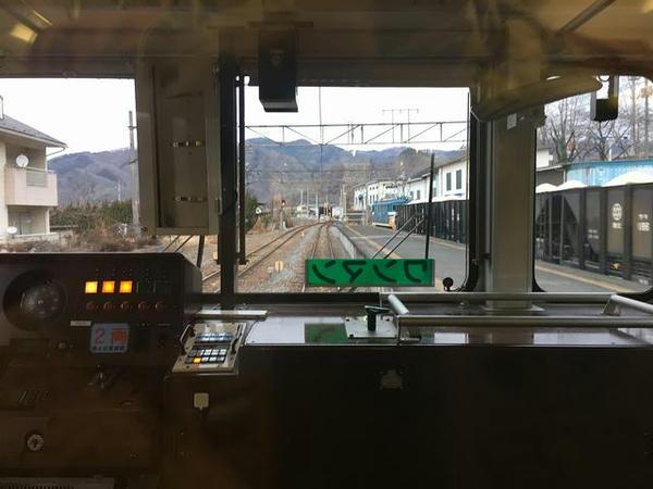 親鼻駅で貨物列車と交換(最後部の窓から)