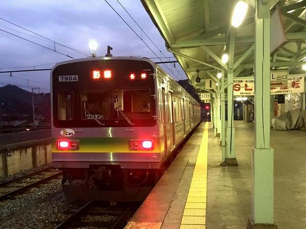 三峰口駅で発車を待つ影森行き普通列車