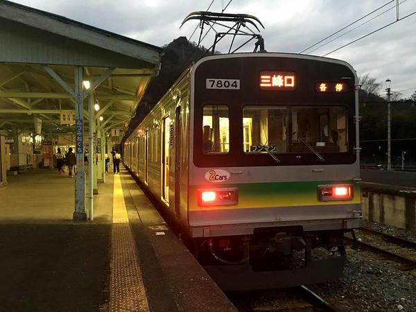三峰口駅に到着した普通列車