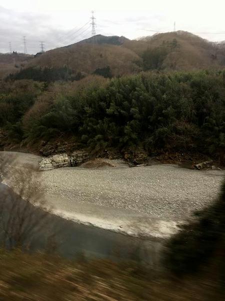波久礼駅を発車後、車窓には荒川が