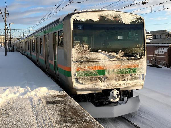 大雪の翌日、JR某駅に進入する上り普通列車