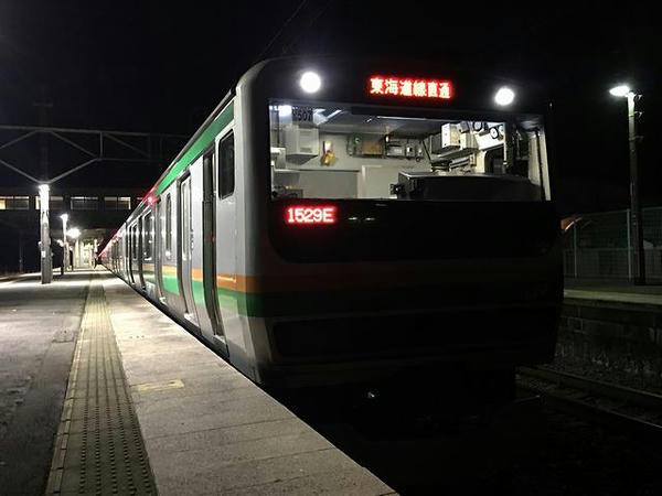 氏家駅で発車を待つ熱海行き普通列車