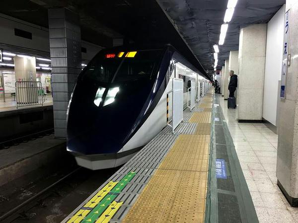 京成上野駅に2番線ホームに入線する回送列車