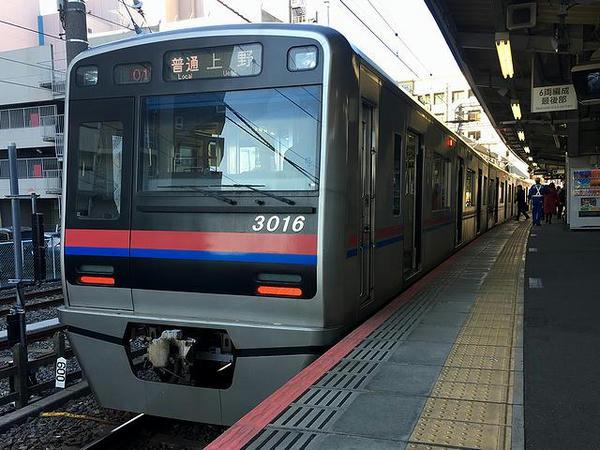 京成津田沼駅で発車を待つ京成上野行き普通列車