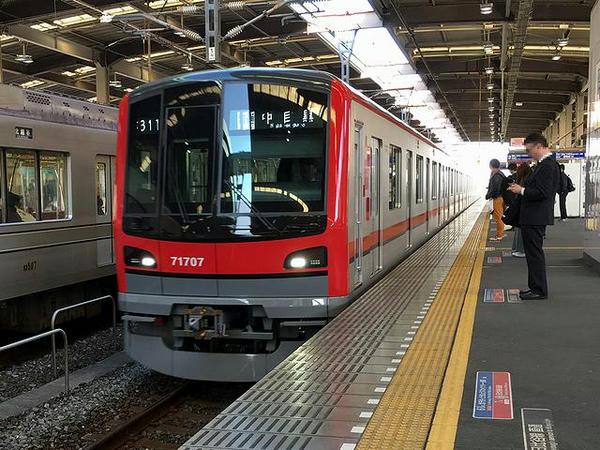 越谷駅に入ってくる中目黒行き普通列車