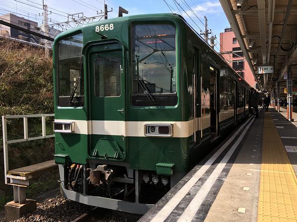 亀戸駅で発車を待つ東武亀戸線普通列車
