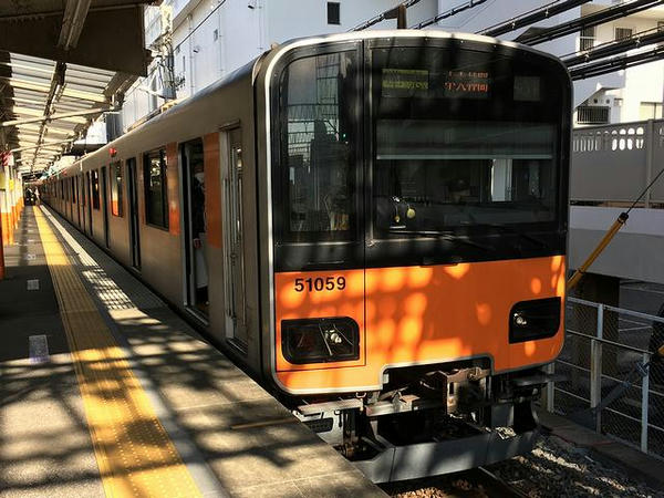 西新井駅に到着した中央林間行き準急列車