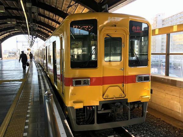 大師前駅で発車を待つ西新井行き普通列車