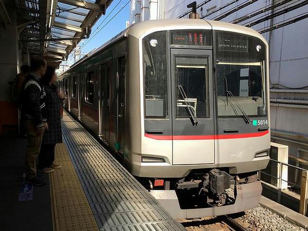 西新井駅に入ってくる中央林間行き急行列車
