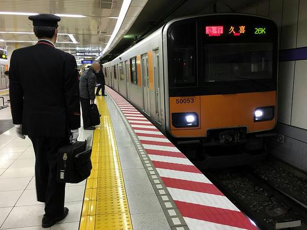 押上駅に入ってくる久喜行き急行列車