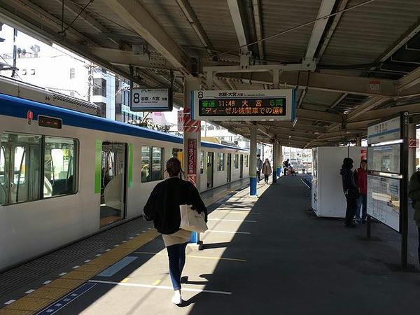 春日部駅の野田線ホームと停車中の大宮行き普通列車