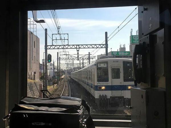 8000系電車とすれ違い
