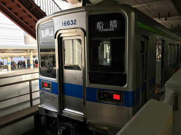 船橋駅に到着した普通列車