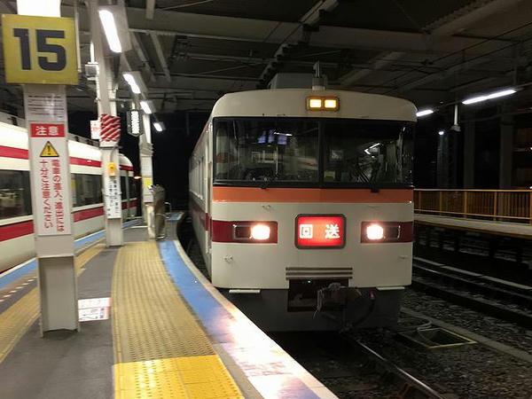浅草駅に入線する回送列車