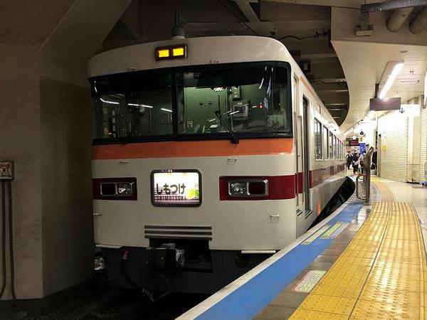 浅草駅で発車を待つ特急しもつけ283号