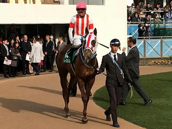 3番人気の(15)レーヌミノル号と和田竜二騎手