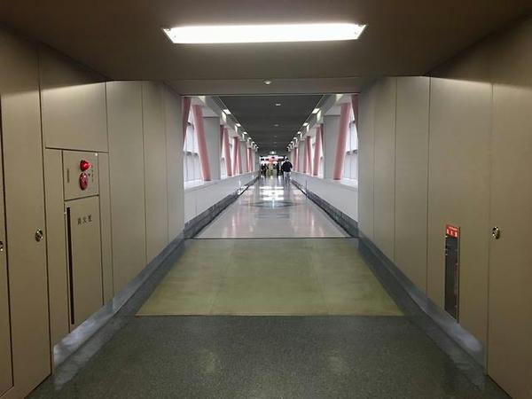 ターミナルビルから見た連絡通路