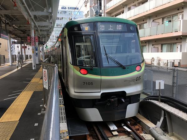 五反田駅で発車を待つ東急池上線蒲田行き各駅停車