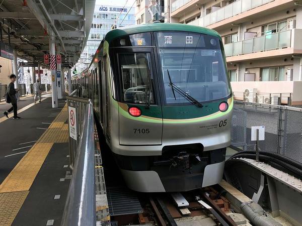 五反田駅で発車を待つ蒲田行き各停