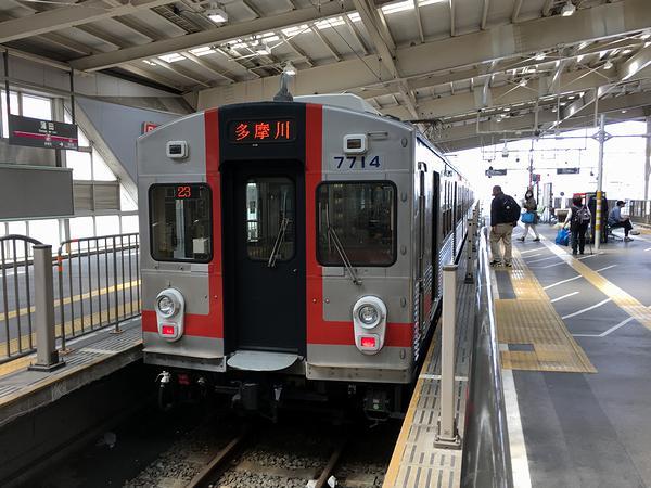蒲田駅で発車を待つ東急多摩川線多摩川行き各駅停車