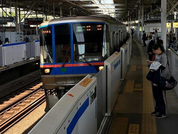 多摩川駅のホームに入ってきた日吉行き各停