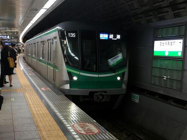 国会議事堂前駅に入ってくる綾瀬行き普通列車