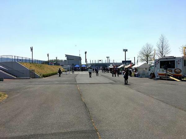 駐車場からフットボール場へと