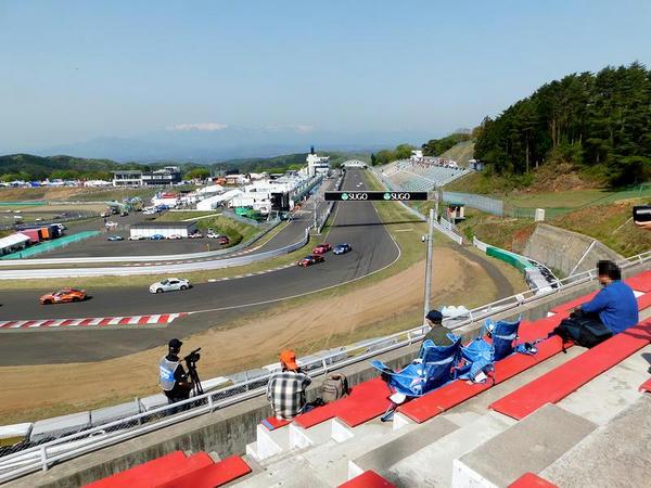 1コーナースタンドからメインストレートとピットレーンを望む