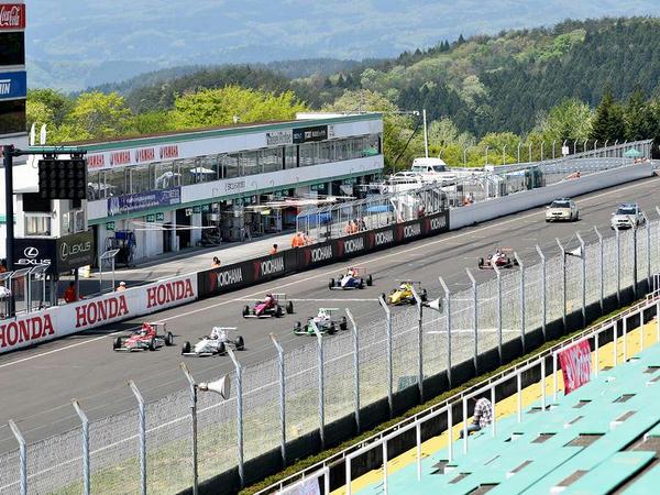 スーパーFJ決勝レースのスタート直後